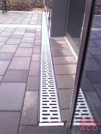 Üvegfal és portál előtti víz elvezetése MultiLine V100S rácsos folyókával