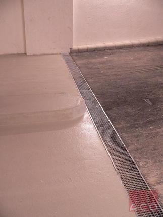 A mélygarázs rámpa vízelvezetését MultiLine V150S folyóka oldja meg hg.acél hálós ráccsal.