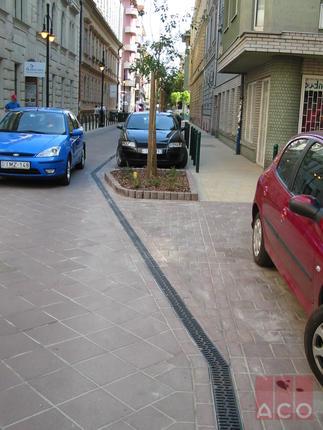 Liliom utca vízelvezetése MultiLine V100S típusú polimerbeton folyókával D400 öv.ráccsal