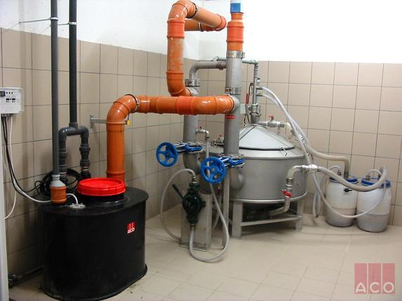 A zsíros szennyvíz tisztítását ACO Lipatomat típusú hordós ürítésű zsírleválasztó biztosítja, majd a tisztított szennyvizet a közmű hálózatba ACO szabadon álló átemelő juttatja.