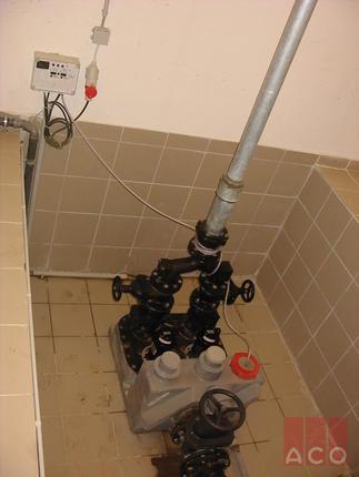 A szennyvizet ACO Muli PE duo típusú szabadon álló átemelő berendezés juttatja  a közmű hálózatba.