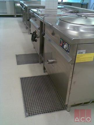 A konyha szennyvizét ACO Rozsdamentes tálcás összefolyókkal oldották meg.