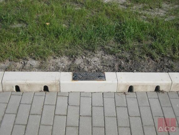 KerbDrain szegélykőbe integrált folyóka tisztító nyílással