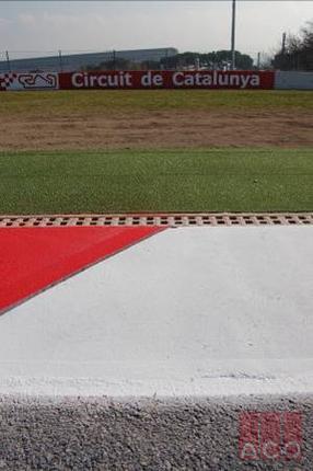 A FIA előírásai szerint a formula 1-es versenypályák vízelvezetését polimerbeton Monoblock folyókával kell megoldani versenybiztonsági szempontok szerint.