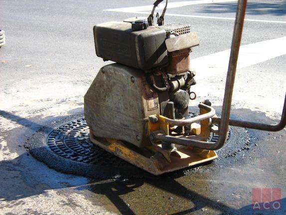 Több mint 300 db Bituplan típusú önszintező fedlap került beépítésre Pécs útjainak felújítása folyamán