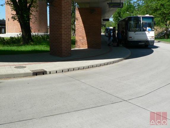 A hatvani buszpályaudvar vízelvezetését KerbDrain típusú polimerbeton szegélykő folyóka rendszerrel oldották meg.