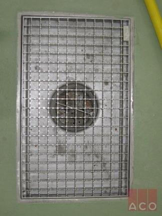 ACO rozsdamentes tálcás összefolyó csúszásmentes hálós ráccsal