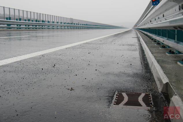 Nyitrai autópálya híd ACO öntöttvas HSD2-es típusú hídösszefolyói