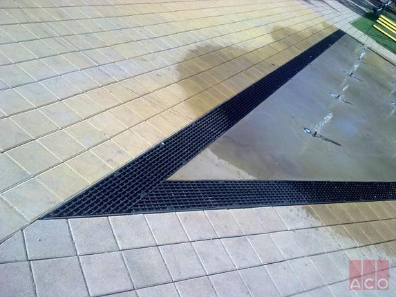 MultiLine V200S típusú folyóka öntöttvas ráccsal, háromszög alaprajzi kialakításban