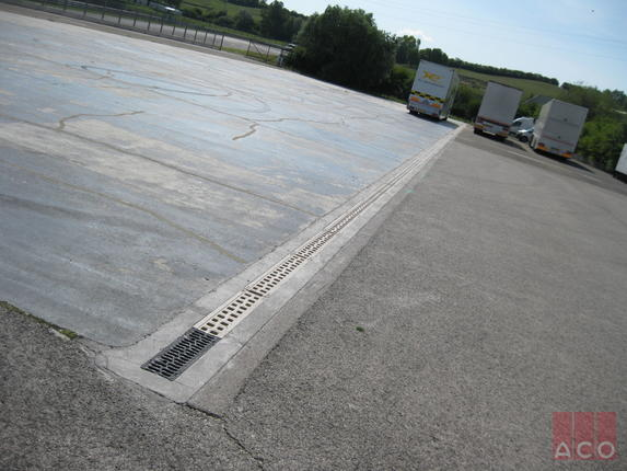 Monoblock típusú folyóka a kamionparkoló vízelvezető rendszere F900 terhelési osztályra