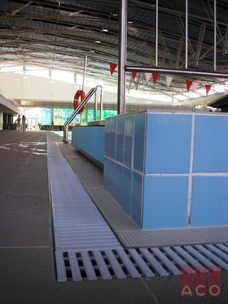Modular rácsos folyóka rozsdamentes acélból műanyag ráccsal a medence körüli csurgalékvizek elvezetésére