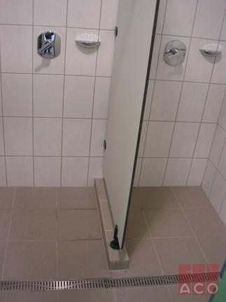 Zuhanyzók vízelvezetése egyedi gyártású zuhanyfolyókával történik