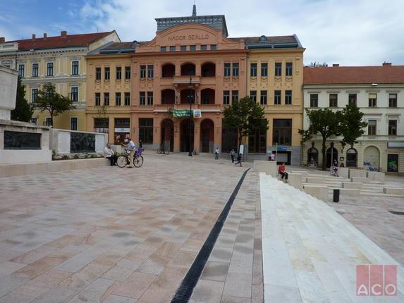 A Széchenyi tér és környező utcáinak vízelvezetését többek között ACO MultiLine rácsos folyókákkal oldották meg.