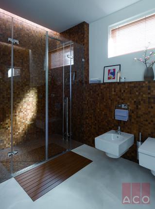 A zuhanyfolyókába épített világítás esztétikus hangulatot biztosít a fürdőszobányak