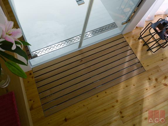 ACO Zuhanyfolyóka a zuhanyozás folyamán keletkező vizet vezeti el, míg a Walk-in farács a kilépéskor lecsöpögő vizet gyűjti össze.