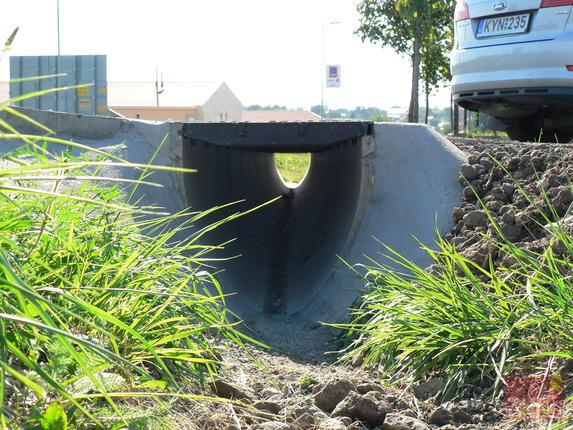 V400G típusú MultiLine folyóka öv élvédelemmel és ráccsal telephely bejáratánál